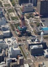 札幌中心部を東西に延びる大通公園。札幌市は創成川を挟んで東側(写真下側)へ延伸する方針だ=今年5月(本社ヘリから)