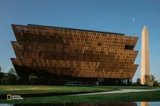 2016年9月、米国の首都ワシントンに開設された国立アフリカ系米国人歴史文化博物館。(PATRICK WITTY, NGM STAFF/National Geographic)