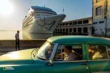 2016年5月、ほぼ40年ぶりに米国のクルーズ船がハバナの港に着いた。キューバにとっては、目前に迫る変化の象徴だ。(David Guttenfelder/National Geographic)