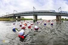 流れに身を任せて川を下っていく川崎市立上丸子小学校の児童たち。川の生き物や歴史などを学習材料として、ふるさと意識を育てようという「多摩川学習」の一環だ。(Ken Tsurusaki/National Geographic)
