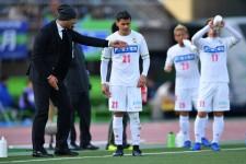 湘南戦で選手たちに指示を与えるフアン・エスナイデル監督(千葉)