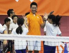 参加した子供たちとハイタッチをする錦織圭[写真:tennis365.net]