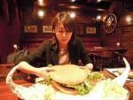 横浜で一番巨大なハンバーガを食べられるお店はどこ?