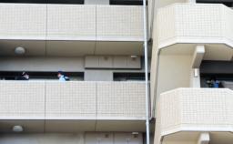 佐竹憲吾容疑者の自宅があるマンションを調べる捜査員=21日午後5時ごろ、名古屋市