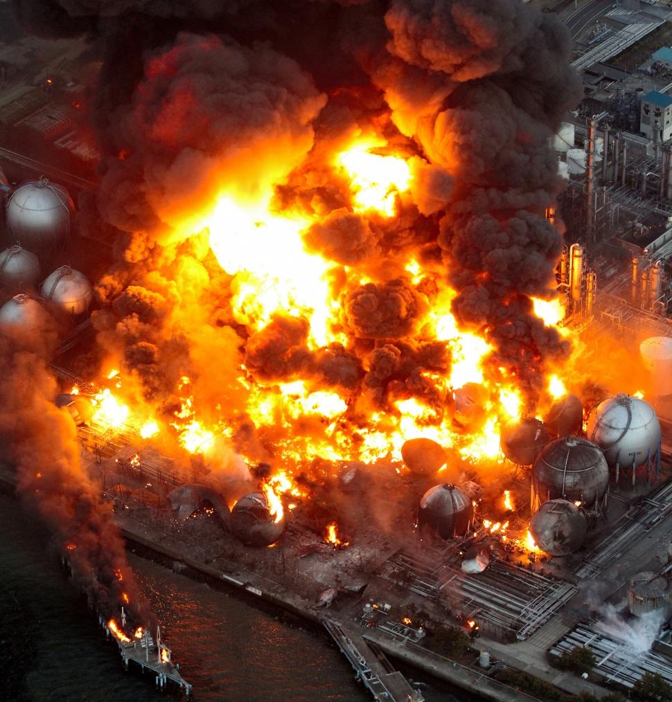 東日本大震災 東日本大震災によりコスモ石油千葉製油所で火災が発生した。 (Photo... 東日