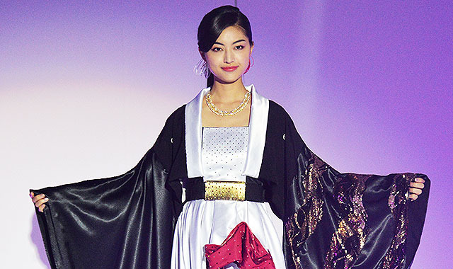 ミス・ユニバース日本代表、世界大会衣装披露=波などをイメージした和のドレス