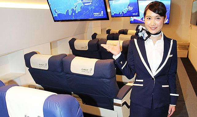 ファーストクラス旅、体験施設公開=東京・池袋に開業、美人CAが機内サービス