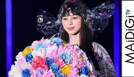 中条あやみ、天野喜孝「CANDY GIRL」の巨大ニットドレスでランウエー 「TGC2017S/S」