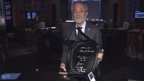 大隅教授、恒例の椅子にサイン