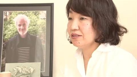 """ベルギー連続テロから1年、夫の""""遺作""""と歩んだ日本人女性"""