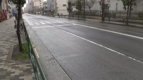 オートバイ転倒、後続のトラックにひかれ男性死亡