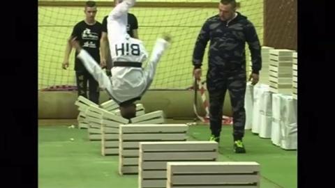 頭を激しく使うギネス世界記録、ボスニアで達成