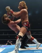 内藤哲也はベルトで殴打してからのデスティーノでクリス・ジェリコを撃破した