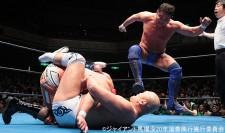 小島聡に胴絞めフロントネックロックをかける秋山準と、それを妨害する永田裕志