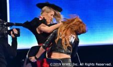 史上初の女子二冠王者ベッキー・リンチが二日連続でレイシー・エバンスに襲撃される