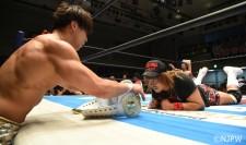 IWGPインターコンチネンタル王座のベルト越しに対峙する飯伏幸太(左)と内藤哲也(右)