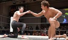 前KO-D王者の竹下幸之介(右)を破り健闘を称え合う青木真也(左)