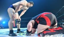 試合後に鈴木秀樹に「またお願いします!」と頭を下げる納谷幸男