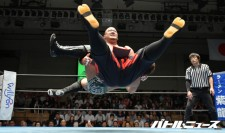 将軍岡本は岩崎孝樹から勝利し第3代UWAアジアパシフィックヘビー級王者となった