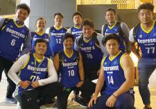 NTTコミュニケーションズシャイニングアークスの中島進護選手(写真左)と九州出身の選手やスタッフで集まった「九州会」メンバー