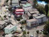 傾いた家の前でピースサイン 胆振東部地震で被害の札幌・清田 やじ馬後絶たず