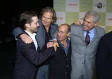 映画『シービスケット』ではトビー・マグワイア(左)らと共演したスティーヴンス騎手(中央右)。(Photo by Getty Images)