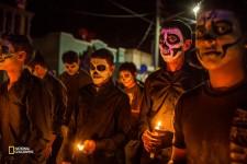 2011年、メキシコの麻薬密売組織は、捜査当局に内通した構成員への報復としてアエンデ市を襲撃した。メキシコの祝日「死者の日」には、街はいつにも増して悲しみに包まれる。(Kirsten Luce /National Geographic)