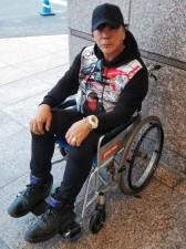 車いすに乗る大仁田