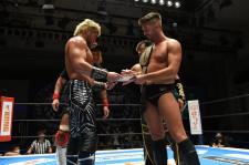 【新日本】メインを締めた石森が2冠奪取宣言!内藤&SANADAがタッグ王座挑戦に向けてパンフレットにサインを要求!?<6.16後楽園・全試合結果>