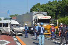 意識不明の容疑者が死亡 佐賀の護送車、大型トレーラー正面衝突事故