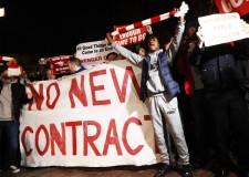 サポーターが掲げた「NO NEW CONTRACT(契約延長するな)」の横断幕