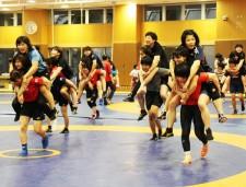 女子レスリング名物「ふたりおんぶ」を体験する柔道選手たち