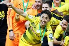 ドイツ杯優勝の記念撮影で喜びを爆発させる香川真司