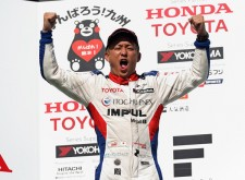 今季初優勝を挙げた関口雄飛は表彰台でガッツポーズ