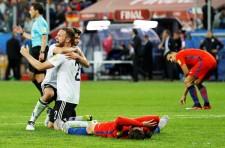 ホイッスルの瞬間、ドイツは歓喜し、チリはピッチに倒れ込んだ
