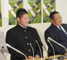 2009年のドラフトで横浜(現DeNA)に1位指名された筒香嘉智。右は小倉部長