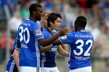 今季初の練習試合でゴールを決め、チームメイトに祝福される内田篤人