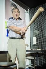 独特の打撃フォームを披露しながら、古巣ヤクルトを熱く語る八重樫幸雄氏