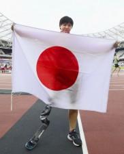 銀メダルを獲得し、日の丸を掲げた前川楓