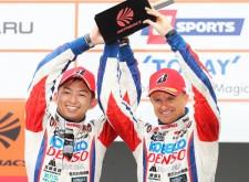 待望の今季初優勝を手にした平手晃平(左)とヘイキ・コバライネン(右)