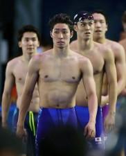 4×200mリレー決勝レースを終えて、引き揚げてくる萩野公介(手前)