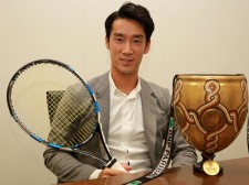 日本男子3人目のATPツアー優勝を成し遂げた杉田祐一。優勝カップを前にして撮影