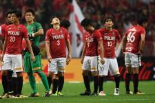 試合終了直前に同点に追いつかれ、うなだれる浦和レッズの選手たち