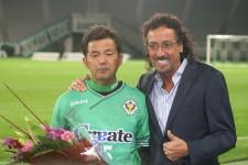 昨年、現役生活にピリオドを打った永井秀樹(左)。右はラモス瑠偉氏