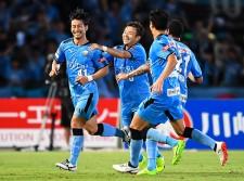 移籍後リーグ戦初ゴールを決めた家長昭博(左)