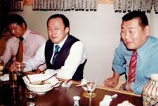 酒を酌み交わすアニマル浜口(左)、吉原功社長(中央)、グレート草津(右)