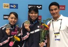 中央が400m個人メドレーで金メダルを獲得した小嶋美紅。左が銀メダルの佐々木杏奈