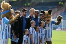 ホームでの試合前、ファンと記念撮影に応じるハダースフィールドの選手たち photo by Getty Images