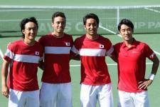 (右から)シングルスで2勝を挙げ、日本のWG残留に貢献した杉田祐一、内山靖崇、マクラクラン・ベン、添田豪