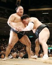 優勝決定戦で日馬富士(右)に敗れた豪栄道(左)
